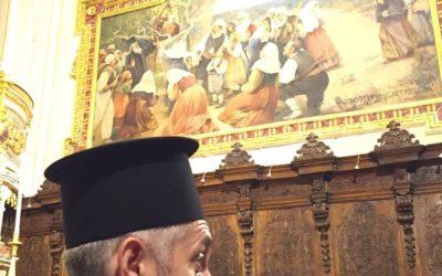 Papas ortodosso venera la Madre di Dio dell'Elemosina