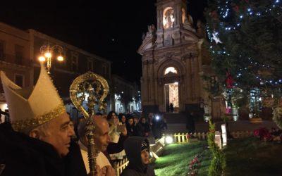 """""""IL SIGNORE GUARISCE I CUORI"""" Mons. Gristina celebra il Natale con i fedeli della comunità di Biancavilla che vive i disagi del terremoto"""
